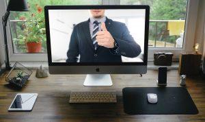 videokonferenz-mann-daumen-hoch