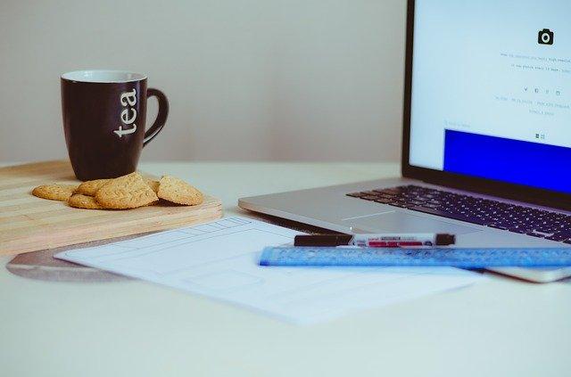 schreibtisch-kekse-tee-laptop